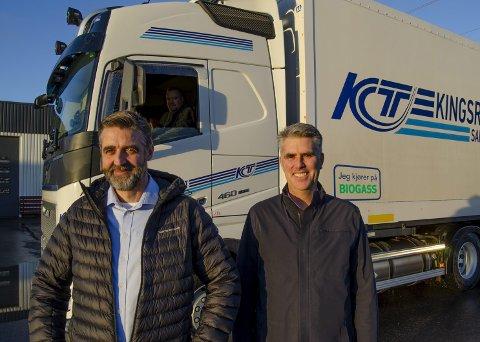 NULL UTSLIPP: Daglig leder Jon Trygve Hagen og styreleder Dag Ove Kingsrød foran null-utslipps vogntog som går på biogass.