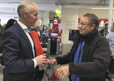 Statsråd Jan Tore Sanner (H) i prat med en lokal kunde i forbindelse med en butikkåpning i Rømskog i Østfold.