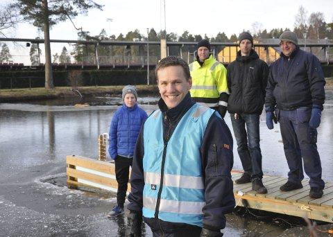 DUGNADSGJENG: Styreleder Andreas Tangen i Rain Edge var glad for at han hadde iherdig mannskap med seg til å lage årets baderåk. De måtte holde på en times tid for å komme gjennom isen. Bak fra venstre ser vi Matias Brattås, Jostein Brattås, Stig Nilsen og Torgeir Nilsen.