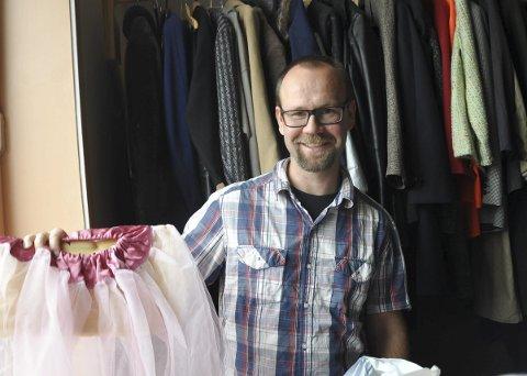 MASSE SAKER: Hele kostymelageret til Blanda Smågodt skal pakkes ned og flyttes, forteller kulturskolerektor Øyvind Lunde.
