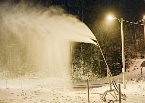 MYE SNØ: Torsdag ettermiddag startet ildsjelene i Spydeberg IL opp produksjonen av snø. Håpet er å ha en løype på en drøy kilometer klar søndag.