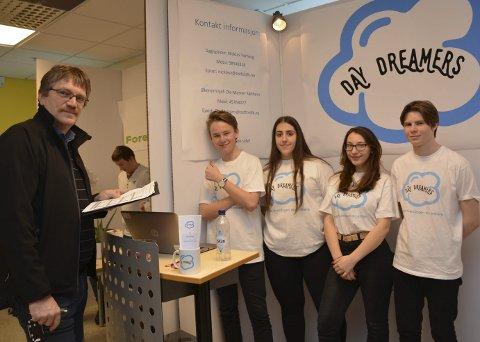 PRESENTASJON: Dommer og fagleder teknikk og industriell produksjon, Daniel Lien (f.v.) bedømmer bedriften Day Dreamers UB som består av daglig leder Niclas Vorhaug (16), Emina Rekic, (16), Teodora Sireta (16), Ole-Marner Sæthern (16).