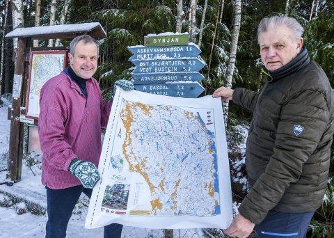 SPLITTER NYTT: Svein Syversen (71) (t.v.) i Flaggtreff og Roy Heyerdahl (74) i Marker o-lag med det nye Fjella-kartet som legges ut til salg fra fredag. Fargene er de samme, men nye stier, løypetraseer og skogsbilveier er lagt inn, gjengrodde stier fjernet. Dessuten finner du en del ekstra navn.