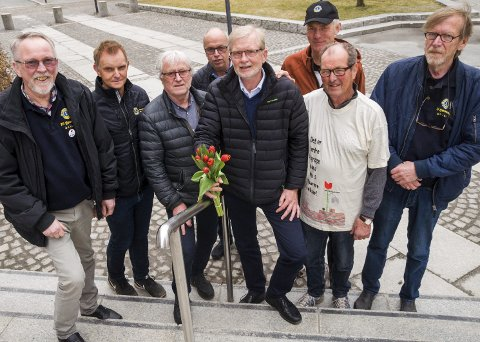 TULIPANKLARE: Lions-ledere fra hele Indre Østfold gjør seg klare for den store tulipanaksjonen. F.v. Einar Kittelsen (Skiptvet), Børge Grefsli (Mysen), Oddvar Lindås (Spydeberg), Petter Asbjørn Aarnæs (Marker), Arne Østbye (soneleder), Simen Gjølsjø (Hobøl), Bjørn Ekeberg (Trøgstad) og Odd Myrvang (Mysen).