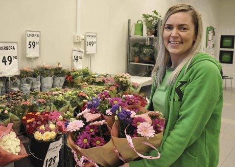 AKTUELL VARE: Blomster til Valentinsdagen får du på Kiwi også, forteller trainee Hege Døhl.