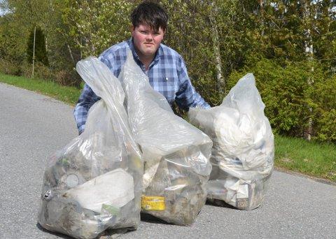 Iherdig: Hver dag er Lars Martin Tjensvold ute og plukker søppel. Det er ikke lite han finner i nærområdet.