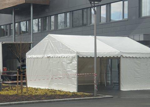TEST: I dette teltet ved Sogndal Legekontor kan ein køyra inn, ta ein test med q-tips i hals og nase, og køyra ut igjen.