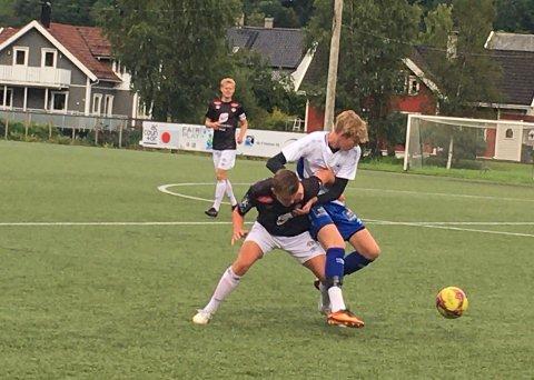 PÅ LÅN: Gøran Njøs og Espen Hickman i duell, sistnemnde kjem frå Leikanger og spelar for Vik denne hausten.
