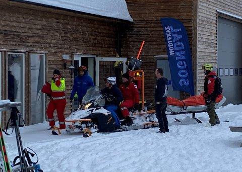 BEREDSKAP: Sogndal skisenter sitt beredskapsapparat, samt ambulansepersonell, tok hand om ein skikøyrar etter ei fallulukke laurdag føremiddag.