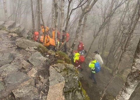 BÅRETRANSPORT: Mannskaper fra Norsk Folkehjelp Strand og Forsand ga en pasient båretransport ned fra Preikestolen-området  sent lørdag ettermiddag.