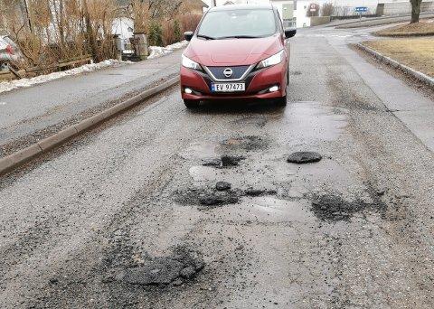 Her smalt asfalten opp i bilen til Olga.