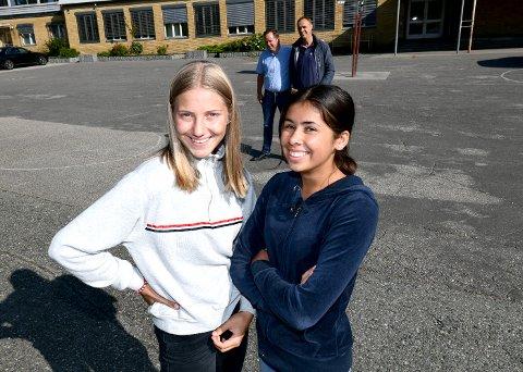 KLARE OG TYDELIGE: Kassandra Schønneberg og Maia Christiane Kåss i ungdomsutvalget var klare og tydelige mot ordfører og pappa Robin Kåss og Anders Rambekk (KrF) da de kom for å prate om porsgrunnsmodellen 2.0.