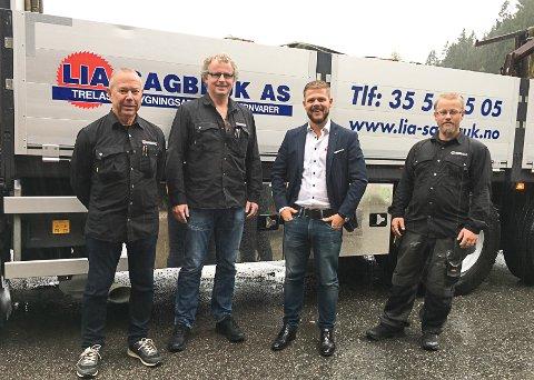 PRESSES VEKK: - Vi har opparbeidet og investert i dette området i mange år. Nå ser det ut til at vi blir presset vekk, sier Oddbjørn Lia (t.v.). Her i forbindelse med at Lia Sagbruk ble en del av  Byggmakker-kjeden. F.v: Jan Bjørn Holte, Raymond Gabrielsen og Morten Lia.