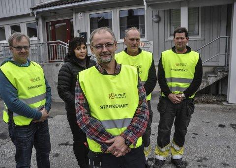 I Streik: Streikeviljen er der – også etter to uker i streik i Hjartdal Elverk. Fra venstre Leif Harald Langåsdalen, Anne Karin Bakken Hagen, foran tillitsvalgte Ottar Særsland, Tor Olav Våle og Ole Øystein Bekkhus.