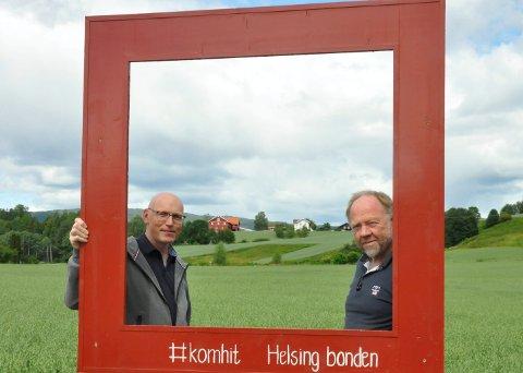 Røde rammer: Geir Olav Grini og Arnfinn Nørstrud, Heddal bondelag, rammer inn et flott kulturlandskap.