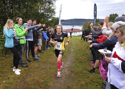 SMIL: Ann Kristin Amundsen som vant kvinneklassen smilte som andre løpere da de ble møtt av jublende elever fra Høgtun folkehøgskole som tok lørdagsgrøten ute i løypa.