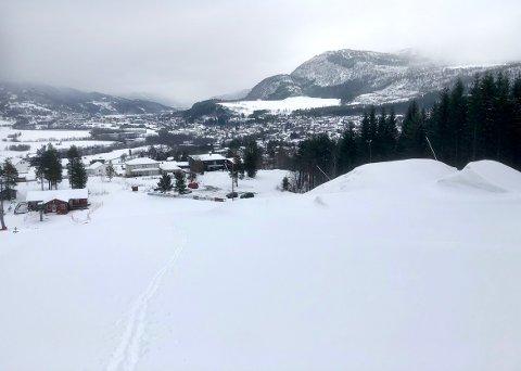 VINTER OG VÅR: Med betydelige mengder snø fra oven, er det fremdeles gode forhold i alpinbakken i Surnadal. Det kan bety at det blir åpent på helg i ukene framover.