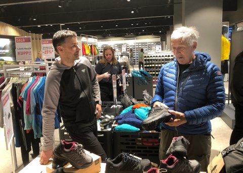 ÅPNING: Ingebrigt Grimsmo var en av mange som var innom da daglig leder Jo Kvande Hansen i InterSport Olaf Moen eftf. og hans stab åpnet dørene til en ombygd og derfor flunkende ny butikk i Alti Surnadal torsdag.
