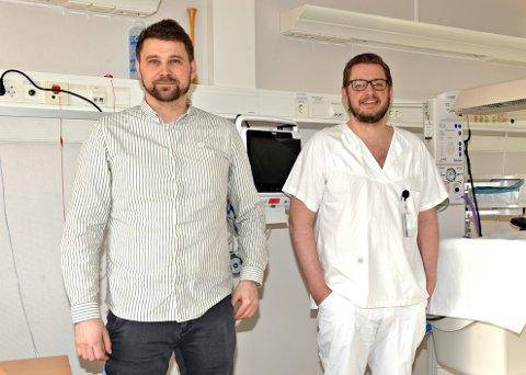 - Vi arbeider for å gjenåpne fødeavdelingen i Kristiansund 1. desember, sier klinikksjef Georg Johnsen (ti venstre) og avdelingssjef Johan Kippervik.