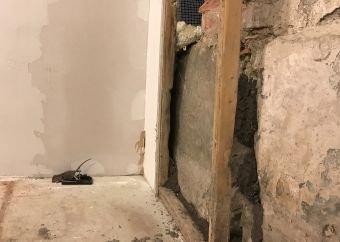 ROTTEBEKJEMPELSE: I dette huset måtte veggen rives for å tette mot rotter.