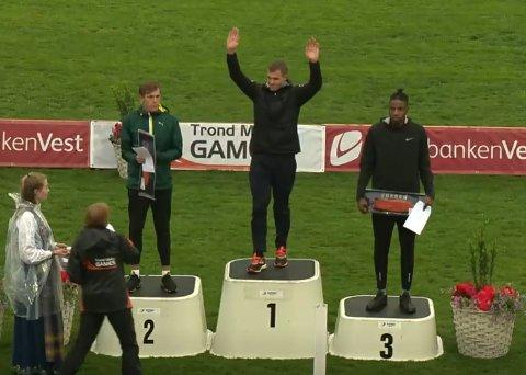 PÅ PALLEN: Henrik Flåtnes (t.v.) tok sølv under Trond Mohn Games i Bergen 2019 med 7,42. Lengdekonkurransen ble vunnet av svenske Andreas Otterling med 7,53, mens britiske Reynold Bangio tok tredjeplassen med 7,32.