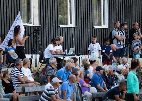 DIGITALSPORT: Streaming av lokal fotball har de siste årene blitt en storsatsing for Tønsbergs Blad. Her ser vi TBs streamteam i aksjon på Eikbanen. Kommentatorer er Adrian Richvoldsen og Henrik Ogann, mens Diljin Ali filmer.