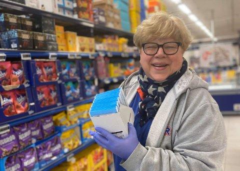 BLIR SATT PRIS PÅ: Kassemedarbeider Eva Larsen er et blidt og kjent fjes for Rema-kundene på Eik.