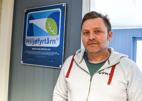 Kepler Bilservice er Miljøfyrtårnsertifisert. Daglig leder Joakim Væthe-Larsen er usikker på om det er noen vits så lenge ikke en gang Tønsberg kommune selv velger de framfor hans konkurrenter som ikke er miljøfyrtårnsertifisert.