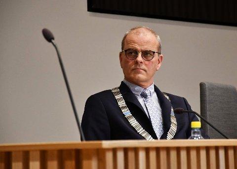 Ordfører Jon Sanness Andersen (Ap) er skeptisk til forslaget om å bytte til seg en strandeiendom mot å gi byggetillatelse på en annen eiendom.