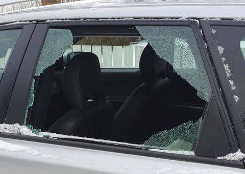 KNUST: Ruta på bilen er knust. Trolig har noen sneket seg rundt i gata på jakt etter verdier, og så kom de over denne bilen.