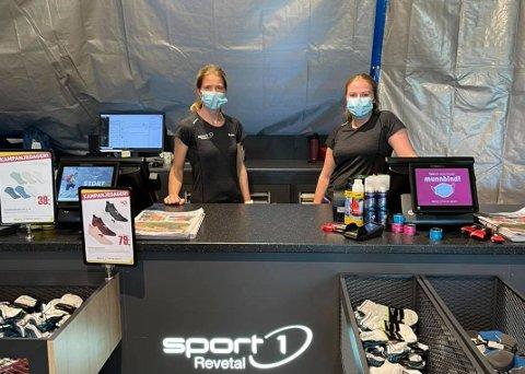 ALTERNATIVT: Selv om Sport1 holder butikken stengt på grunn av oppussing, står Karine og Maren klare for å hjelpe kundene sine i en alternativ brustad-bu.