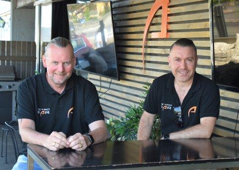 UTESERVERING: Petter Dalheim og Sal Ozturan håper kommunen endrer skjenketidene i kommunen slik at de kan få samme muligheter som på Gjøvik.