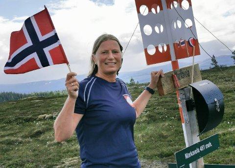 MÅLET I BOKS: Gunnhild Aksnes på Markavola 1. juli etter å ha gjennomført alle 50 topper i Kjentmannsmerket i Verdal.