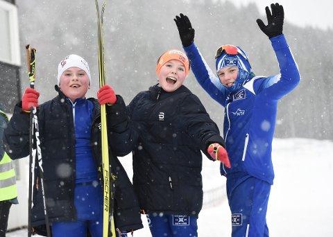 ARTIG: Disse tre unge skiskytterne fra Steinkjer Skiklubb frydet seg over å være tilbake med startnummer. Fra venstre: Halvar Rochmann Haldorsen, Vilde Lovise Rochmann Haldorsen og William Sund Bjørhusdahl.