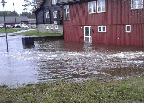 I oktober i fjor sto deler av Fjellheim under vann. Nå varsles det igjen om flom.