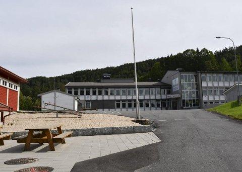 Elevene på småskoletrinnet i Åmli fikk et par timer mer enn minstetimetallet ved innføringen av fem-dagers skoleuke i 2017.