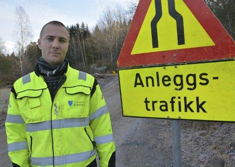 Veiarbeid: Prosjektingeniør Andreas Grimsland i Tvedestrand kommune oppfordrer folk til å vise hensyn når de ferdes i området der veiarbeidet pågår. Foto: Frode Gustavsen