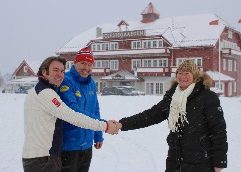 Handel: Kjøperne Bjørnar (t.v.) og Atle Hovi fra Beitostølen Resort takker Anne Tveter fra Bakkeguten AS, for handelen, med Gjestagaarden i bakgrunnen. foto: DESTINASJONSKIRURGENE