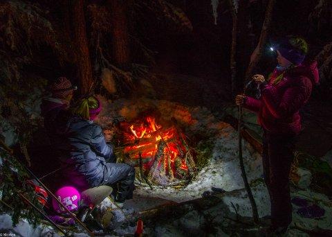 En stor bålgrop med ivrige flammer hører med på vintertur.