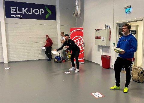 Putter: Her er det puttingkonkurransen som utføres i aktivitetssalen i Valdres Storhall.