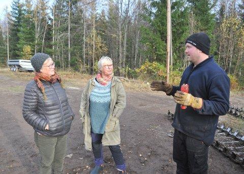PRAT I SKOGEN: Turgåerne Kari Aaneby (t.v.) og Kristin Engh i diskusjon med tømmerhogger Kristoffer Mjåland om nødvendig bredde for å bygge ei rulleskiløype.