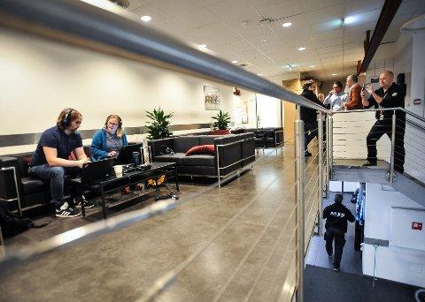LOKALT: NRK Østlandssendingen sendte tirsdag morgen en radiosending fra ASKO. Morgenreporterne Hilde Nilsson Ridola og Knut Erik Solhaug hadde besøk av flere lokale personligheter i sofaen på transportkontoret.