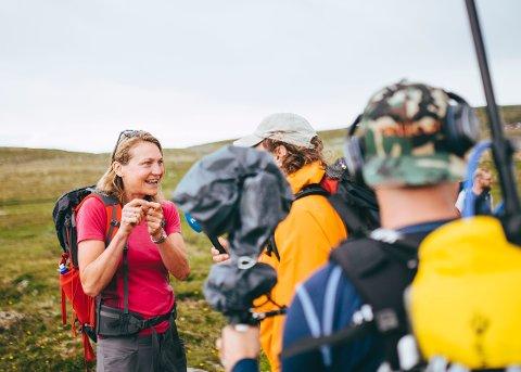 MYE MEDIA: Mette Øines Habberstad jobber ofte med media, her blir hun intervjuet av Lars Monsen på Hardangervidda. FOTO: Marius Dalseg Sætre, DNT