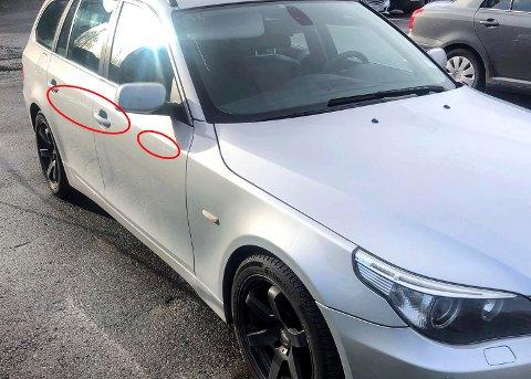 RIPER: Langs siden på bilen ble det riper etter at skiltet felt.