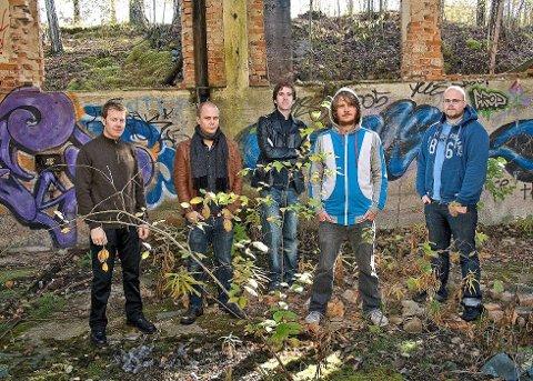 Folkemusikkgruppa SVER med Olav Luksengård Mjelva, Leif Ingvar Ranøien, Anders Hall, Adam Johansson og Jens Linell.