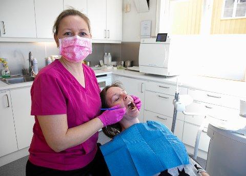 BEHANDLER TANNLEGE SKREKK: Tannlege Ann Catrin Høyvik sammen med tannhelsesekretær Line Bergsvangen– Målet mitt er at pasienten kan gå til en hvilken som helst tannlege etter at de har vært og fått behandling her, forteller Høyvik.