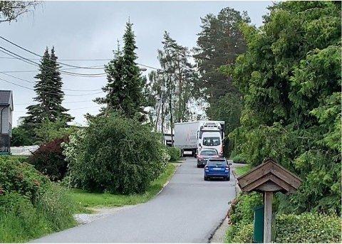 FRYKTER ULYKKE: Flere beboere i Søråsveien i Ås er bekymret for at den økende biltrafikken vil føre til farlige situasjoner og ulykker.