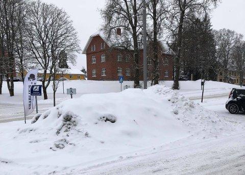 UBRUKELIGE: Sånn ser handikapplassene utenfor Ås kvartal ut onsdag formiddag.