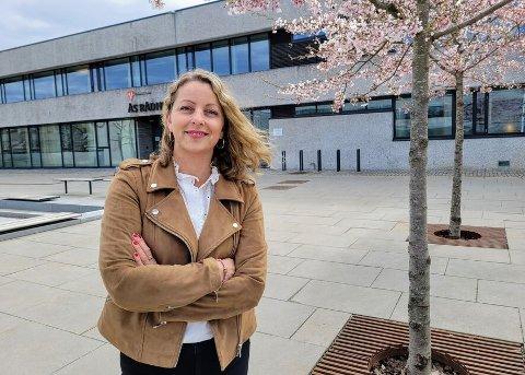 PLANLEGEGR MANGE DOSER: Ås kommune planlegegr å sette rundt 1200 vaksinedoser i uka gjennom sommeren, sier Monica Berge-Tukh som leder vaksinesenteret i Ås.