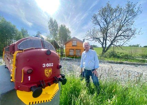 Finn Moe ser for seg å legge sviller og skinner i cirka 50 meters lengde langs den gjenoppbygde plattformen. Her vil han gjerne ha utstilling av eldre norsk Jernbanemateriell.